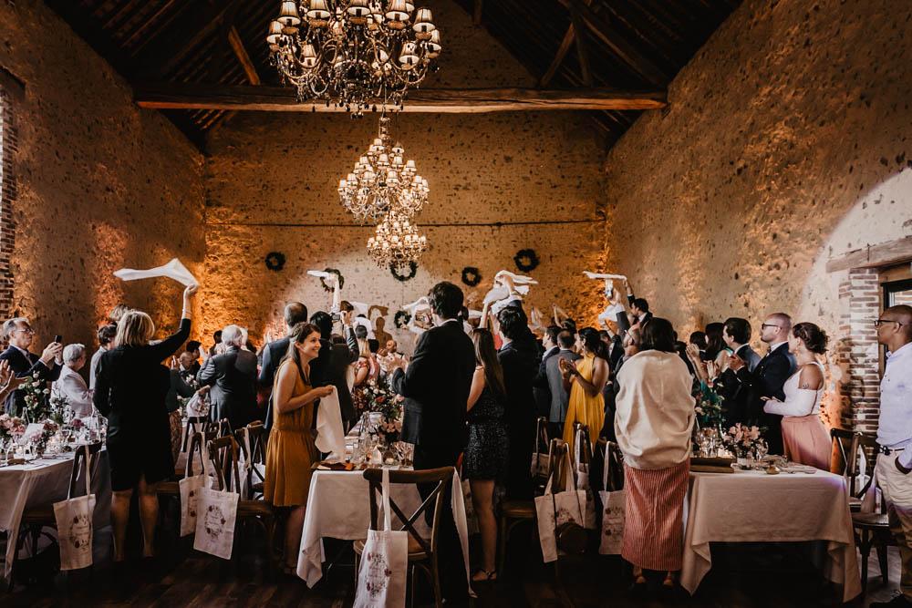 ambiance - soiree - mariages - domaine des evis - photographe eure et loir - chartres - evreux - perche - verneuil sur avre - serviettes - invites a table - entree des maries