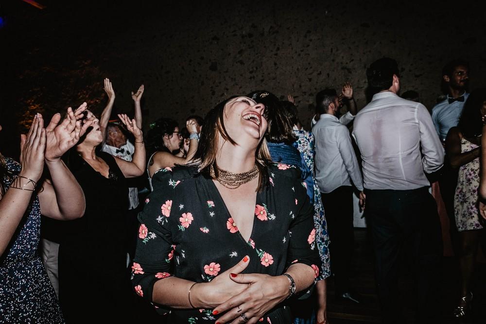 mort de rire - piste de danse - domaine des evis - photographe mariage verneuil sur avre - eure et loir - chartres - ambiance
