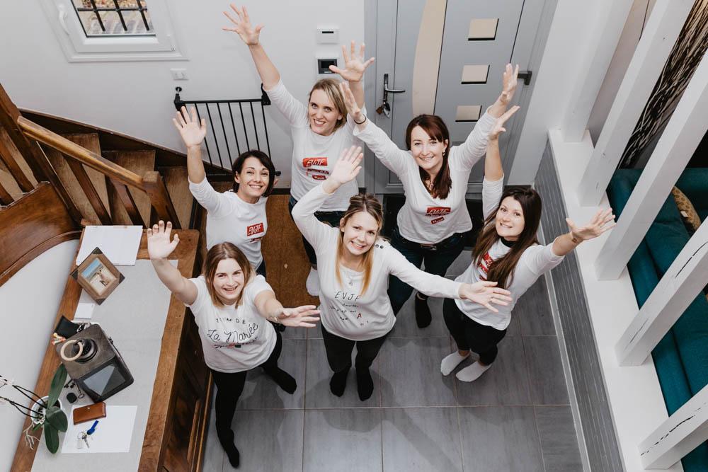 evjf entre copines - entre filles - team evjf - t shirt - evjf au chaud - en interieur - detente - delires - photographe evjf chartres