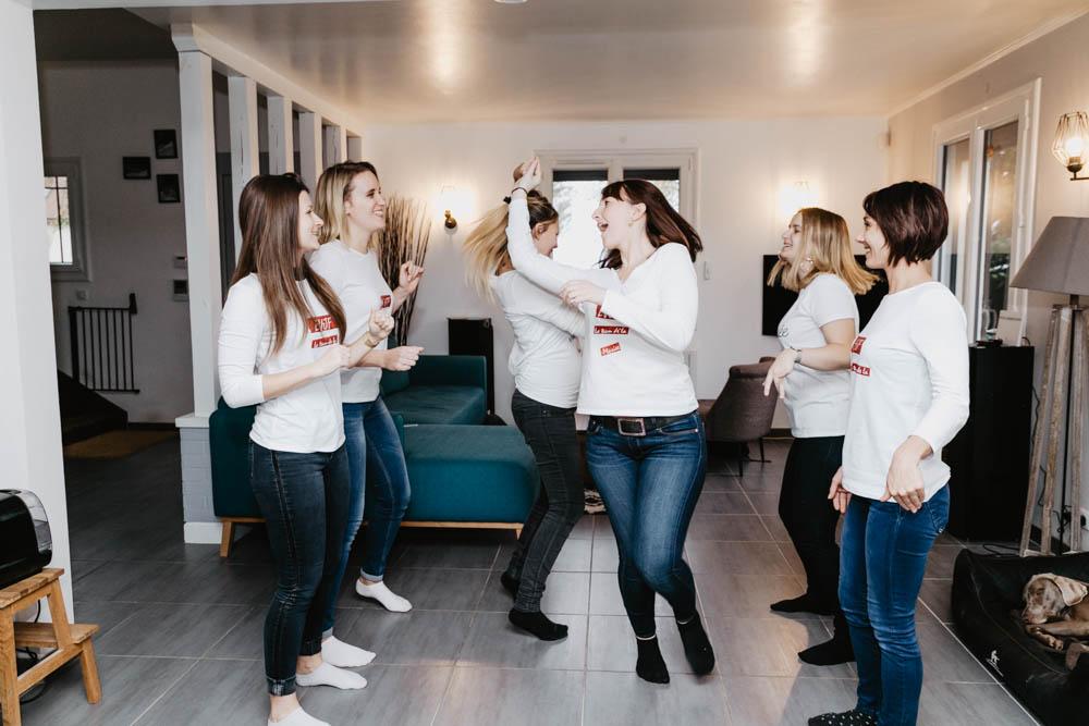 evjf a la maison - ambiance cocooning - evjf chartres - photographe evjf - verneuil sur avre - photographe eure et loir - danse