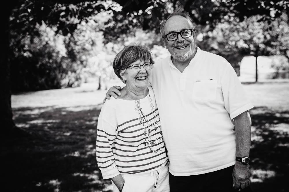shooting photo famille nombreuse - plusieurs generations - photo noir et blanc - photographe famille chartres - eure et loir - verneuil sur avre - dreux - grande famille