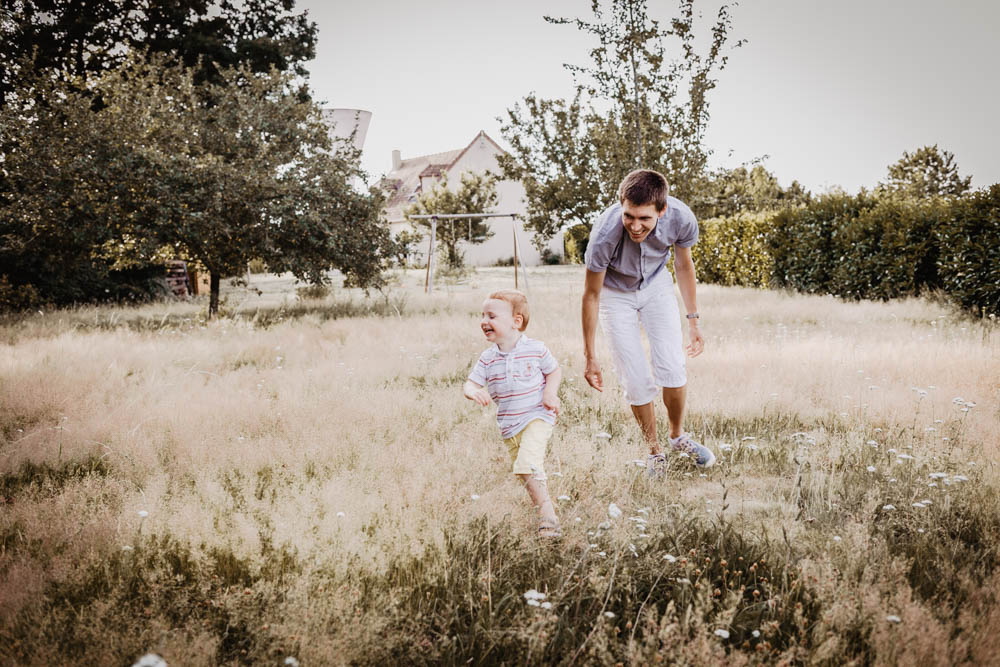jouer avec son fils - seance photo en famille - photographe verneuil sur avre - photographe dreux - shooting photo - pere - fils