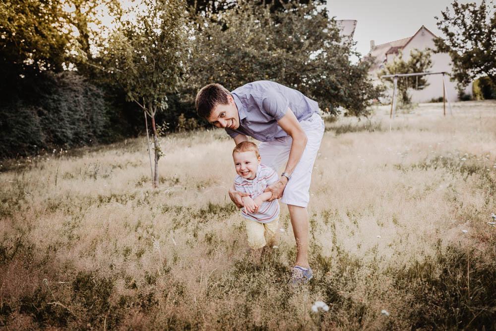 photo pere - fils - photographe des familles - eure et loir - chartres - verneuil sur avre - dreux - photographe 28 - souvenirs en famille - seance photo - shooting
