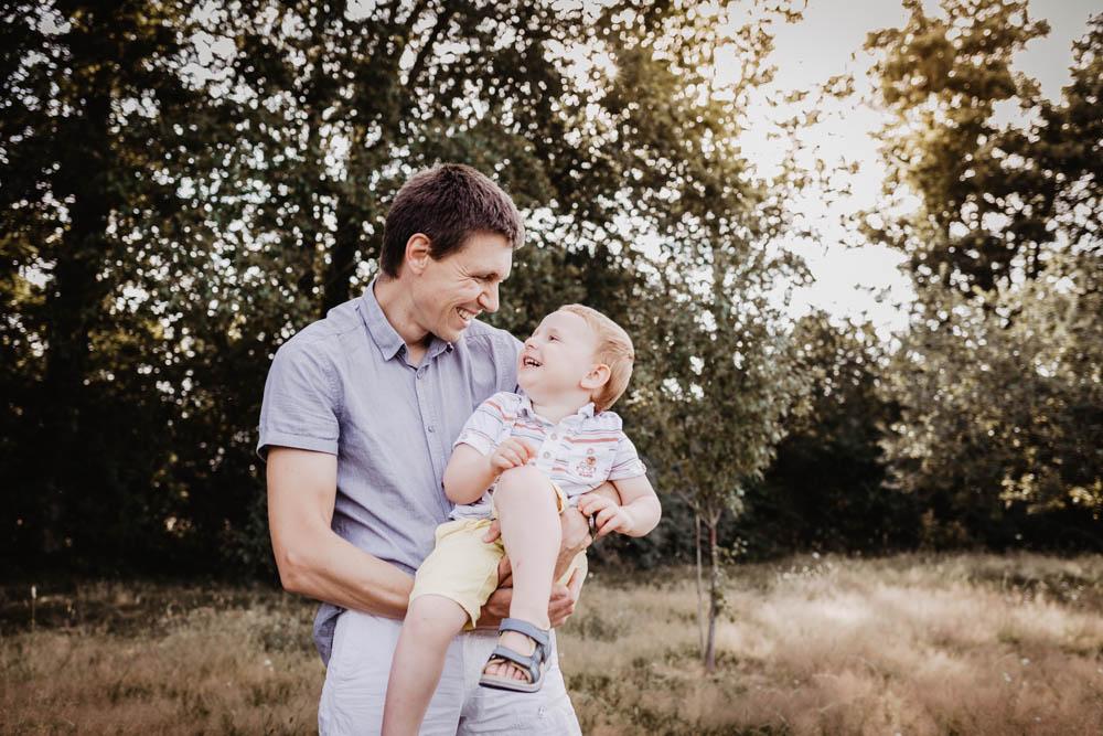 photo pere fils - seance photo amusante - delire - rire - sourire - joie - jouer avec ses enfants - lumiere naturelle - dreux