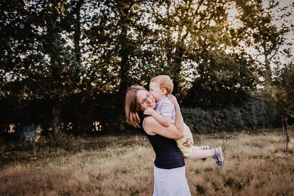 shooting photo - photographe eure et loir - jouer avec son fils - bisou - mere fils - photographe famille - seance photo a domicile