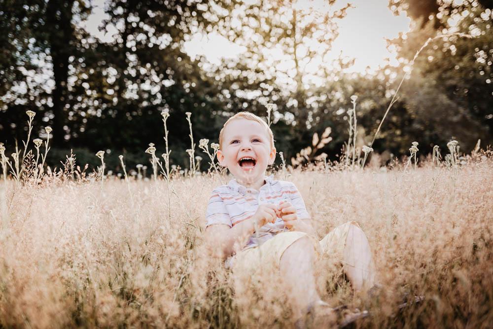 enfant qui rit - aux eclats - photographe famille - eure et loir - chartres - verneuil sur avre - senonches - dreux - photographes pour enfants - rire aux eclats