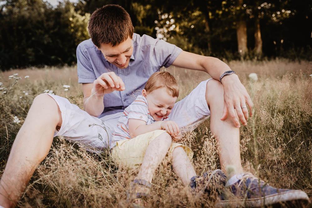 chatouiller un enfant - chatouilles - grimaces - photographe familles - photographe enfants - photos naturelles - joie de vivre - photographe dreux - chartres - senonches