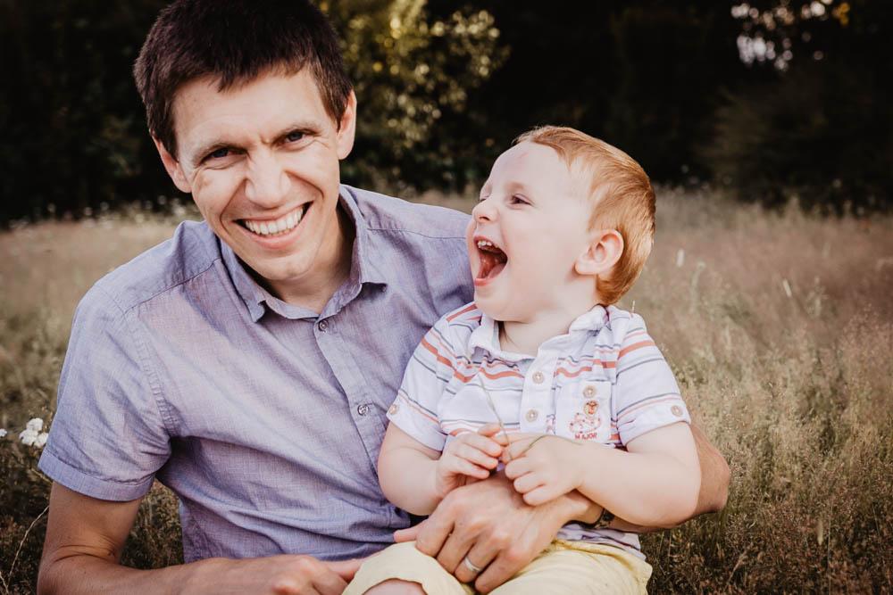 enfant roux - pere fils - enfant qui rit - photographe pour les enfants - dreux - chartres - senonches - photographe famille - eure et loir - verneuil sur avre - photo en famille